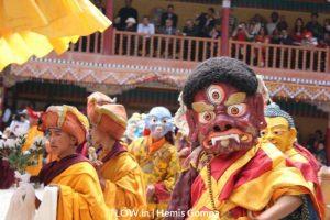 monks-in-masks-for-the-hemis-festival