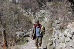 villager-walking-towards-kasol